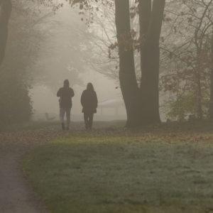 Menschen Spaziergänger im Park